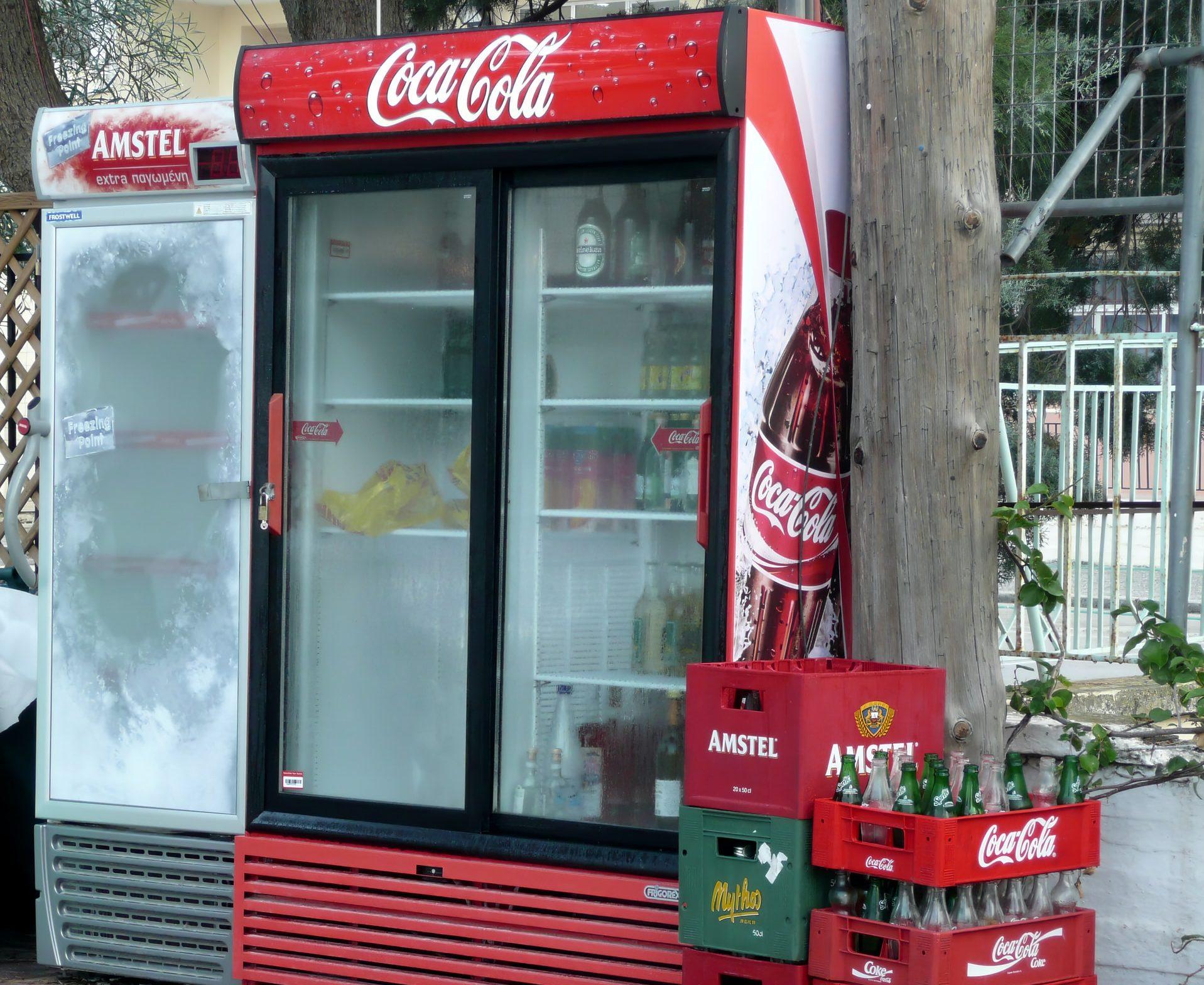 Ein Kühlschrank von Coca Cola