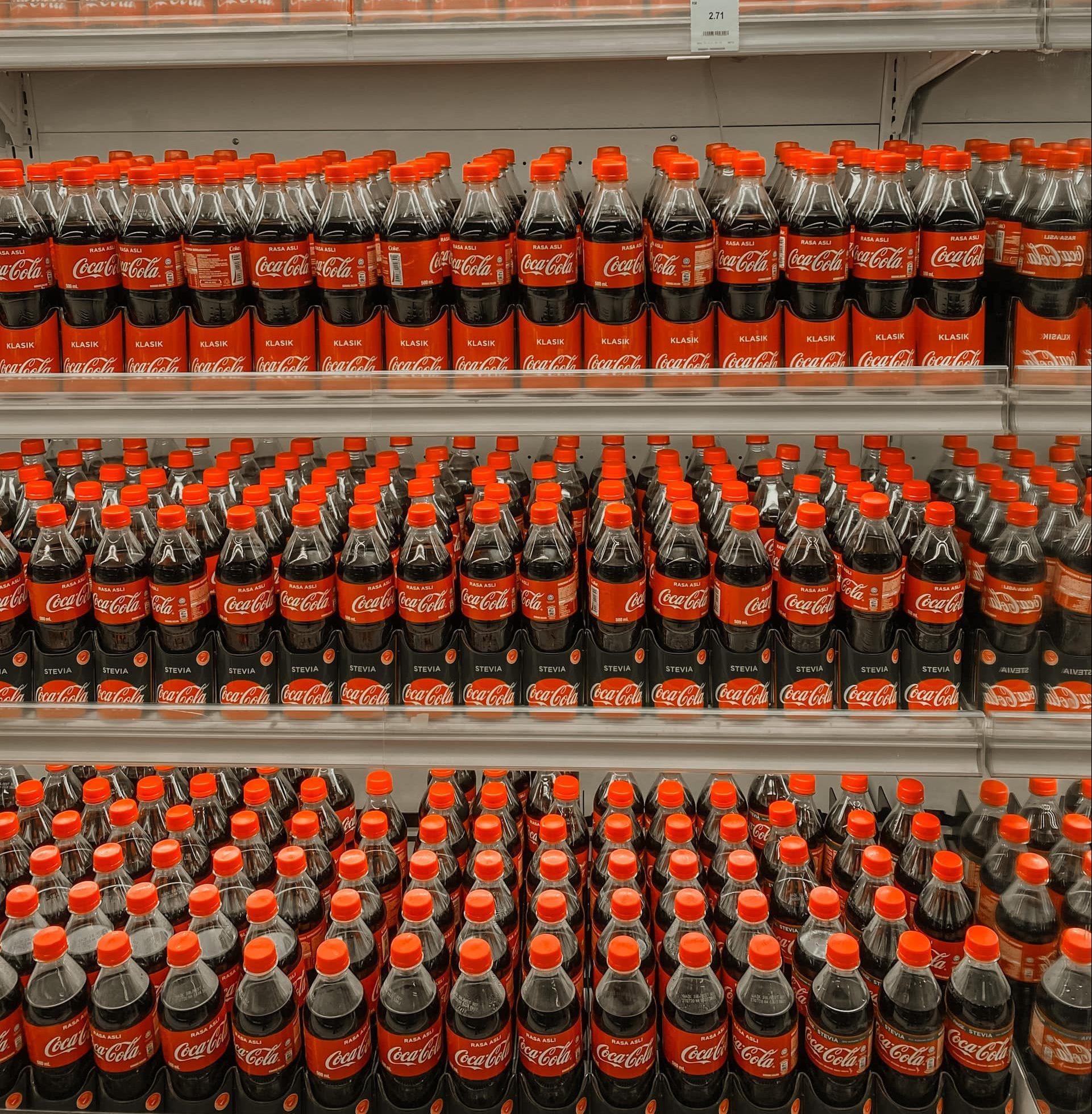 Ein Regal mit Getränken von Coca Cola